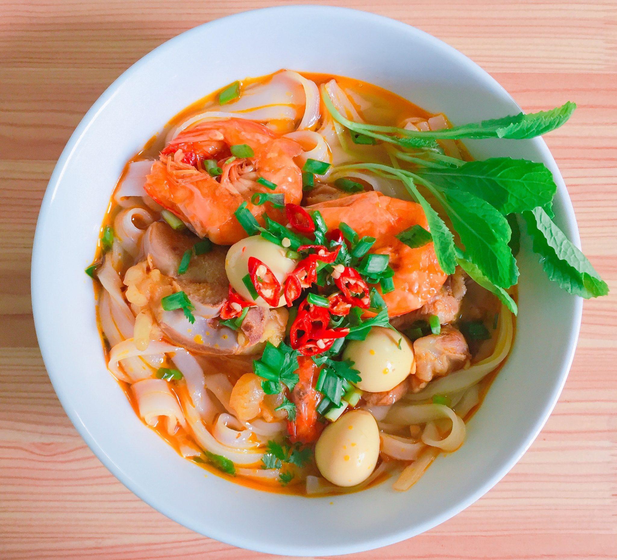 Asijská polévka s krevtami, rýžovymi nudlemii, chilli a koriandrem